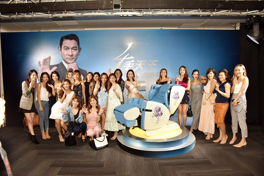 All the influencers took a group picture together with Andy Lau at the end of the event. (Credit: OSIM)