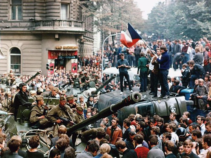 Tropas y blindados soviéticos intentando llegar  hasta la sede de la Radio Praga, en medio de una multitud de ciudadanos  que acudieron a manifestarse contra la invasión.
