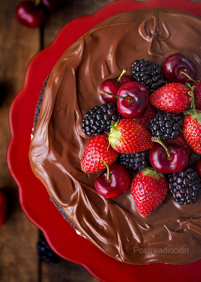 tarta de chocolate y frutas del bosque