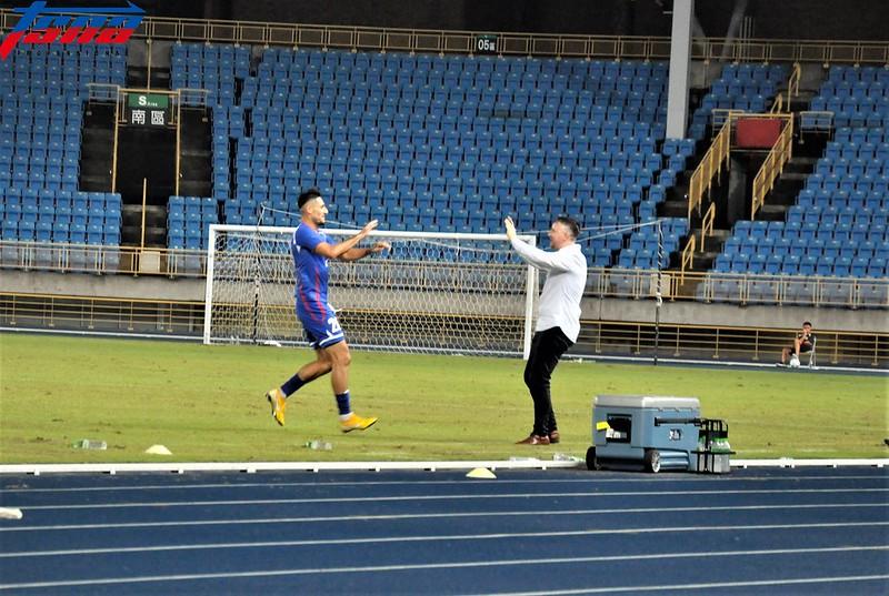 朱恩樂(左)進球後第1個跑去跟White擁抱。(張哲郢/攝)