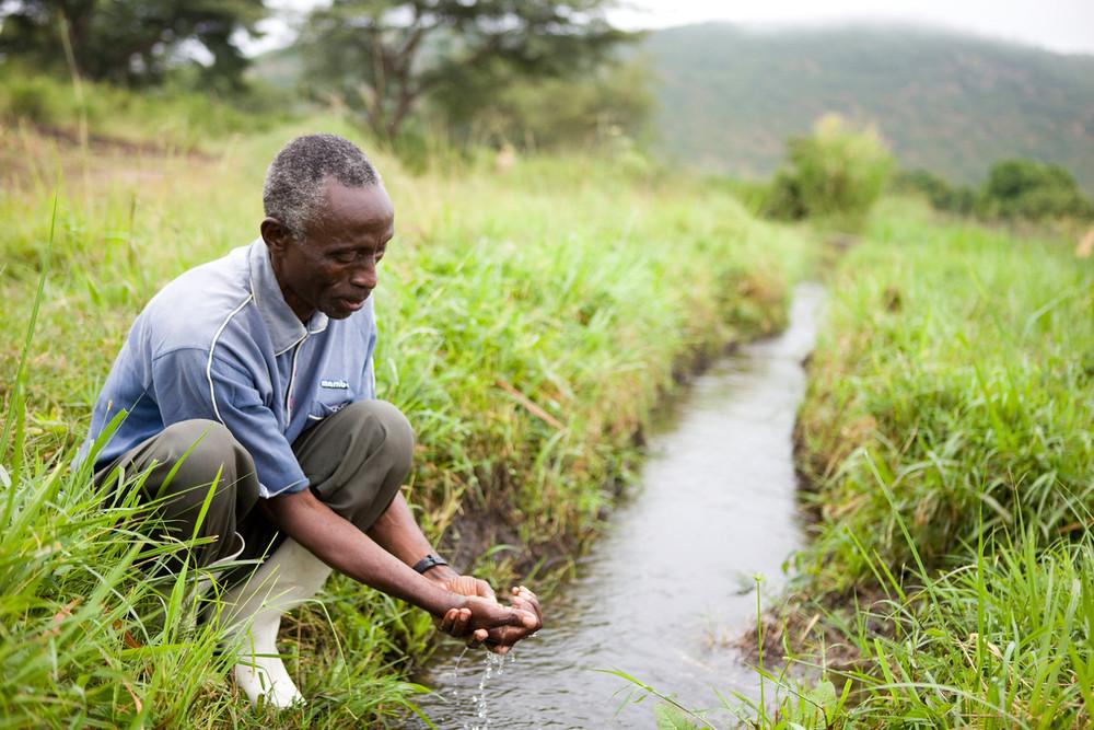 烏干達的農民在灌溉水源邊。WWF / Simon Rawles