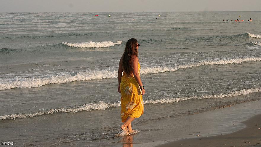 pasear al atardecer por la playa