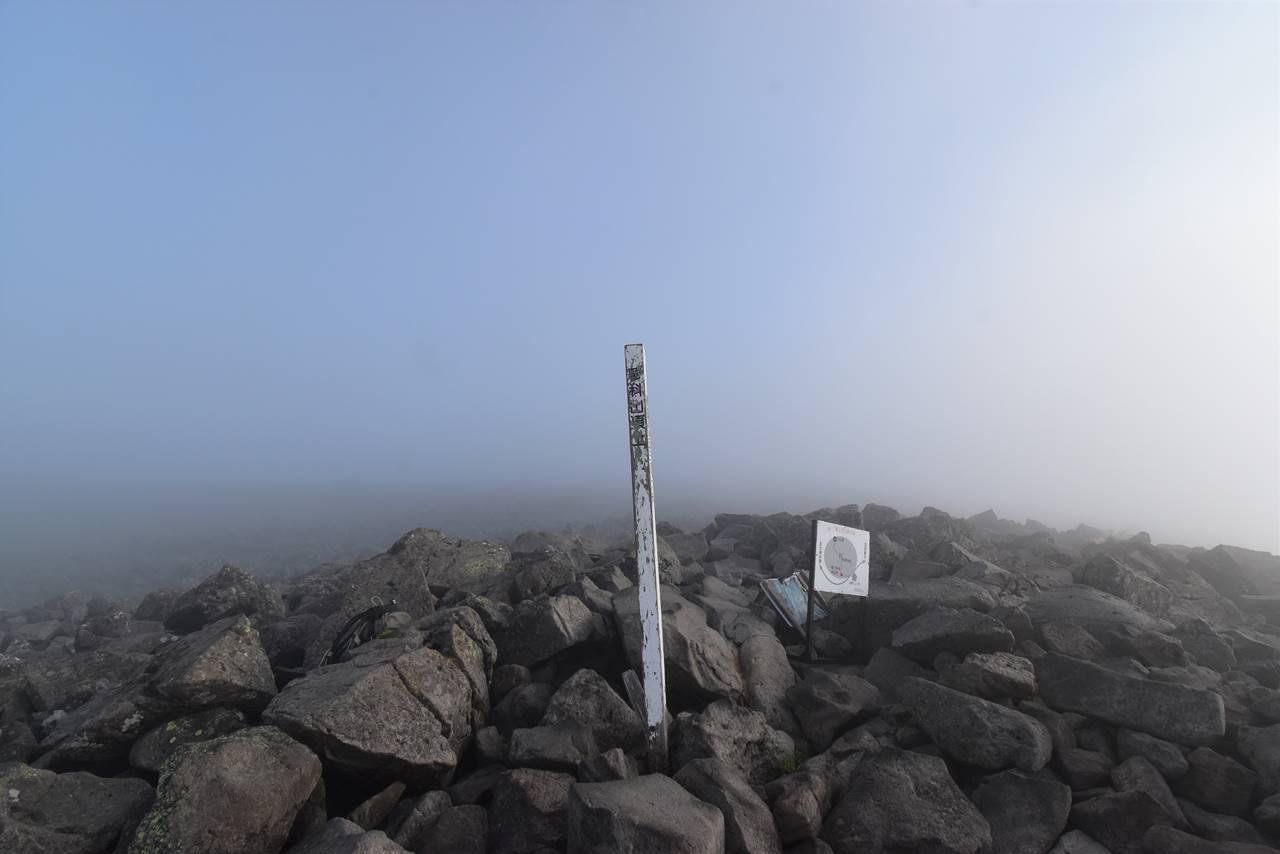 ガスの中の蓼科山山頂