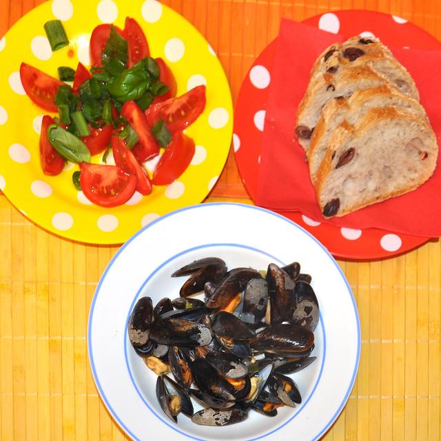 September 2018. Die ersten Miesmuscheln der Saison mit Tomatensalat und Olivenbrot. Foto: Brigitte Stolle