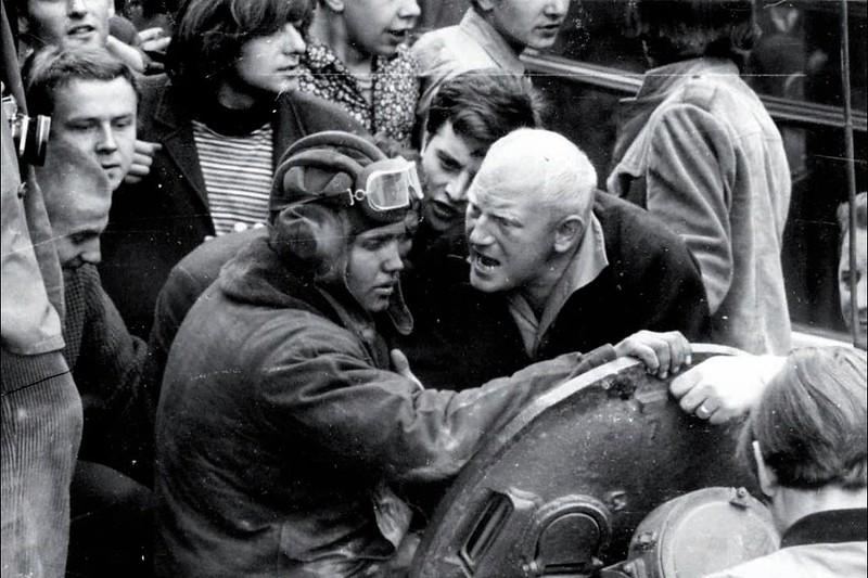 Un hombre checoslovaco encarándose con un tanquista soviético.