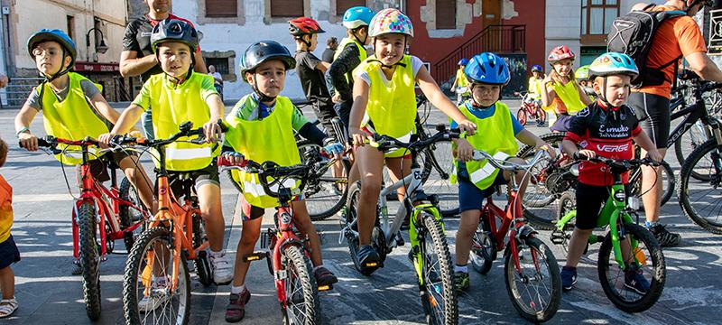 En las foto cicloturistas en la marcha popular del domingo