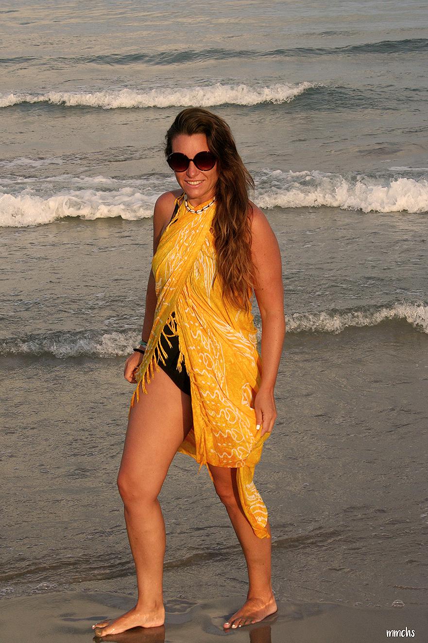 pasear por la playa al atardecer