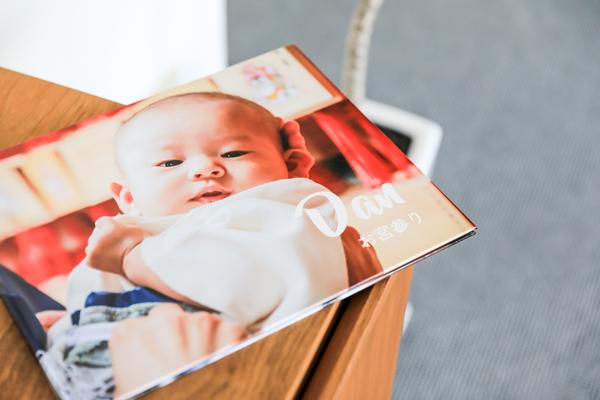 絵本風フォトスタンドを贈っていつもお孫さんの顔を見てもらうのはいかが?
