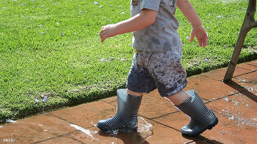 niños jugando en los charcos de agua