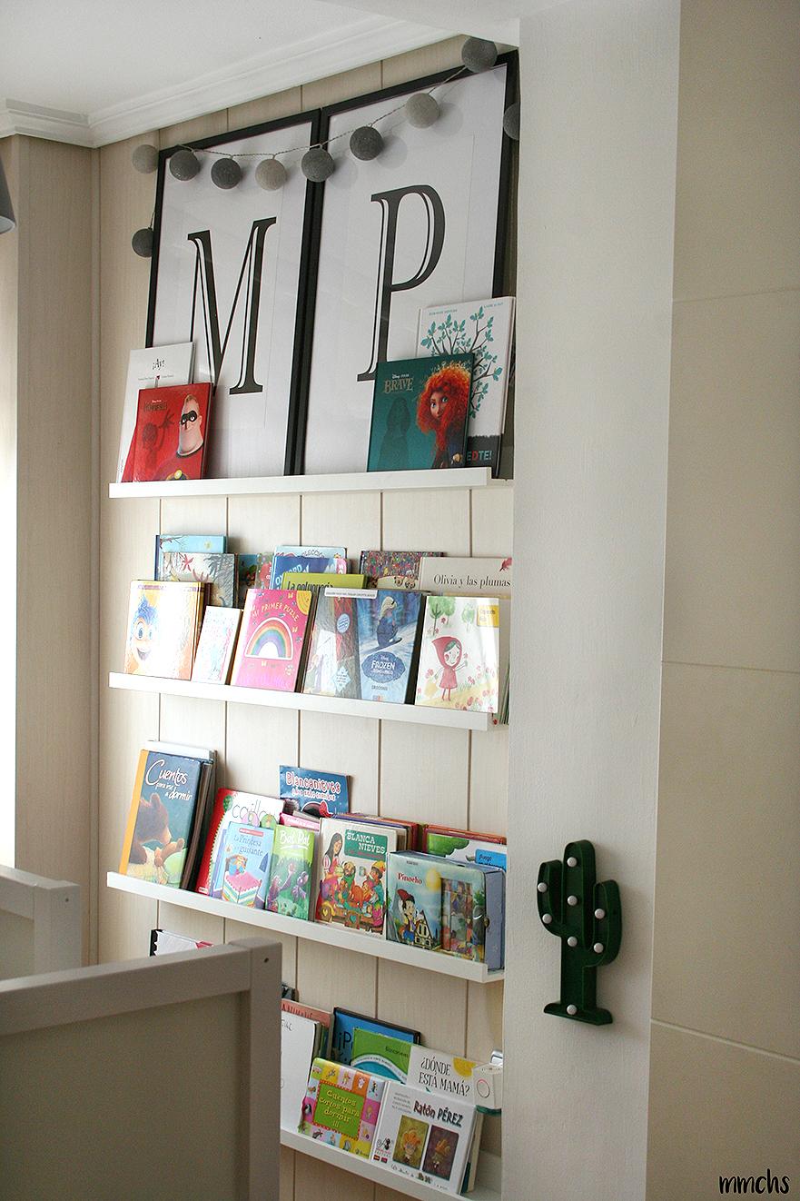 estantería Montessori en dormitorio infantil