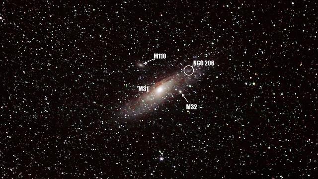 VCSE - Az Androméda-galaxis (M31), két kísérőgalaxisa: az M32 ésM110, valamint egy OB-asszociáció az Androméda-ködben, amit NGC 206-os számmal láttak el. A kép adatait lásd fentebb, a főszövegben - Román Dávid felvétele