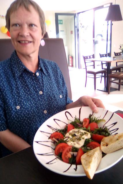 """Dobel im Nordschwarzwald ... Sommer 2018 ... Flammerie Café Ratskeller... Salat """"Sommertraum"""" (Angeschmolzene Mozarella im Pistazien-Sonnenblumenkern-Mantel auf knackigem Rucola-Salat, rote Zwiebeln und Tomaten, dazu knusprige Kräuter-Ciabatta aus dem Ofen) ... Foto: Brigitte Stolle"""