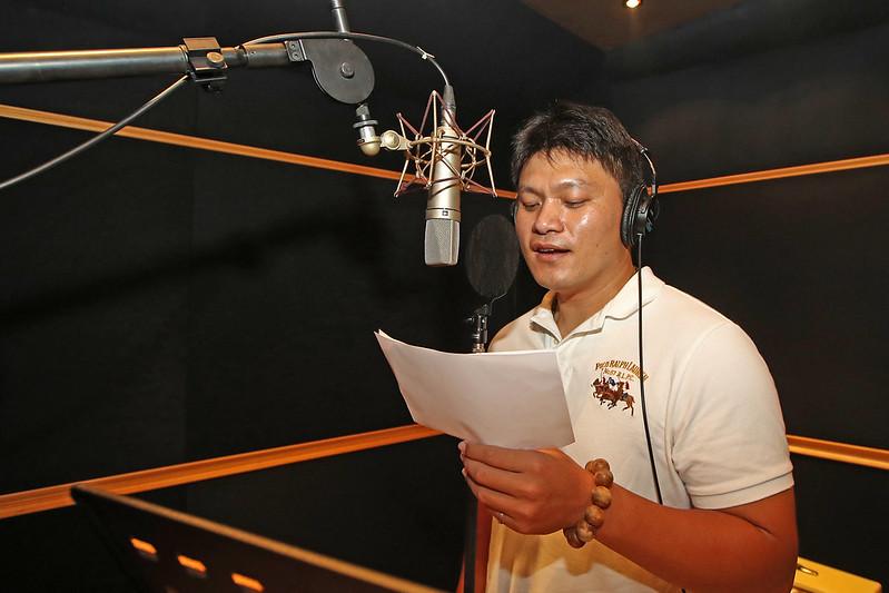 潘威倫進錄音室錄製歌曲。(統一獅提供)
