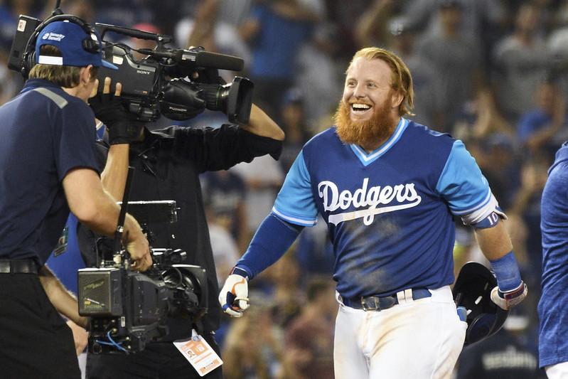 Justin Turner敲出再見二壘打後開心慶祝。(達志影像)