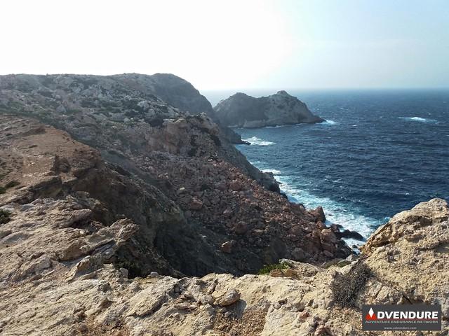 Μια κατολίσθηση δημιούργησε ένα εντυπωσιακό σχηματισμό κόκκινων βράχων πάνω από τη θάλασσα!