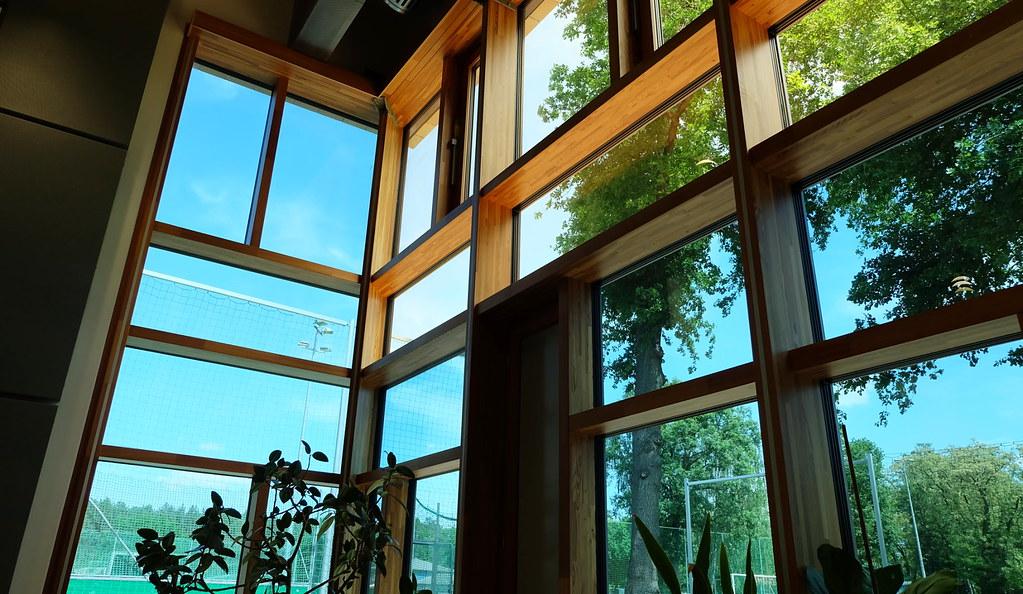 德國Neuendorf的正能源小學,採用特殊玻璃減少太陽光與熱的進入。本報資料照。