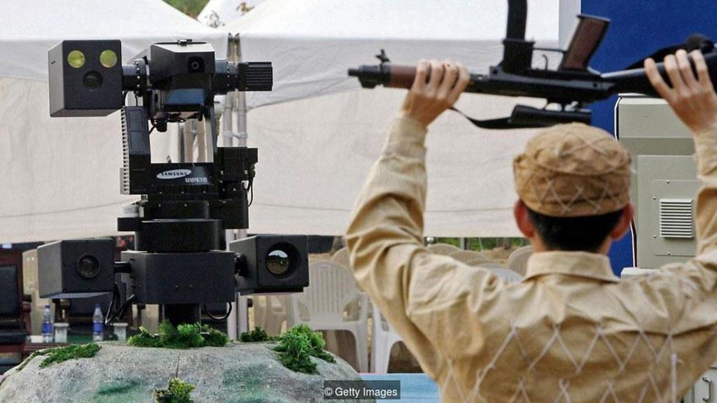 由韩国三星研发、目前部署于南北韩非军事区的SGR-A1机械化哨兵,理论上已可在无人操作的情况下自动射击。(图片来源:Getty Images)