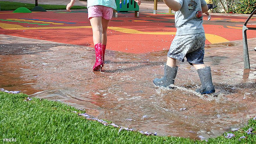 niños saltando en los charcos de agua