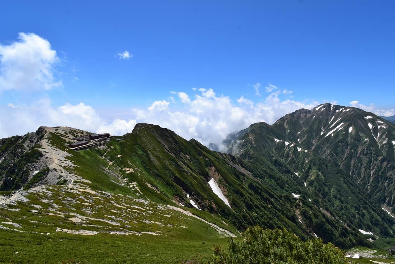 唐松岳から頂上山荘と五竜岳