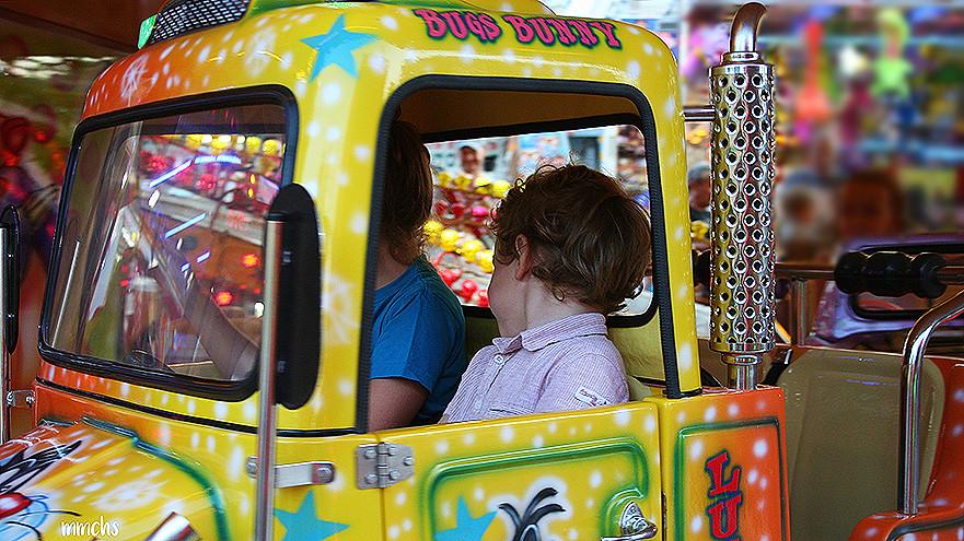 niños en una atracción de la feria de Valencia