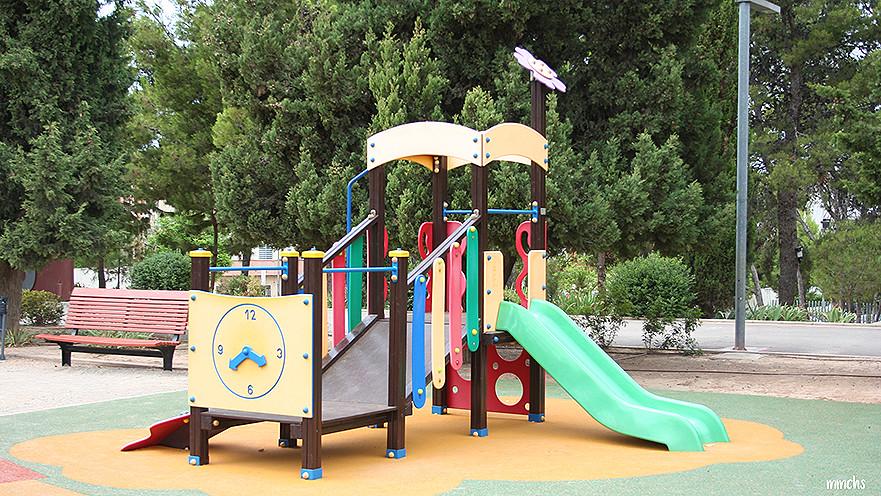 columpios infantiles en el parque central de Paterna