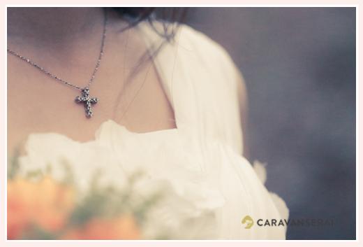 森の中(屋外)で結婚式(挙式)ブライダル/花嫁の胸元のネックレス