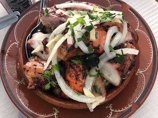 Cazuela de pulpo en el restaurante O Caçador (Malpartida, Portugal)