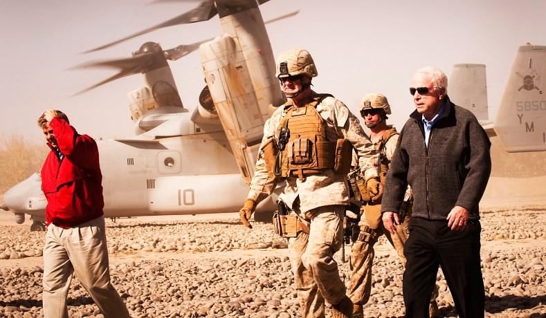 約翰‧馬侃(圖右)2010年前往阿富汗。(圖片來源:Sergeant Mark Fayloga/USMC)
