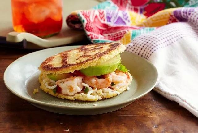 委内瑞拉当地常见的食物——玉米饼。