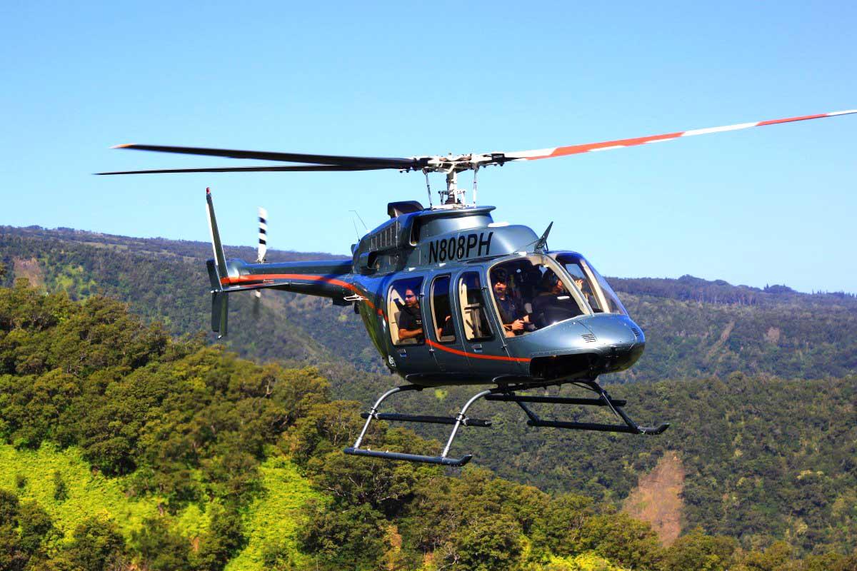 ハワイ島を飛ぶヘリコプター Bell407