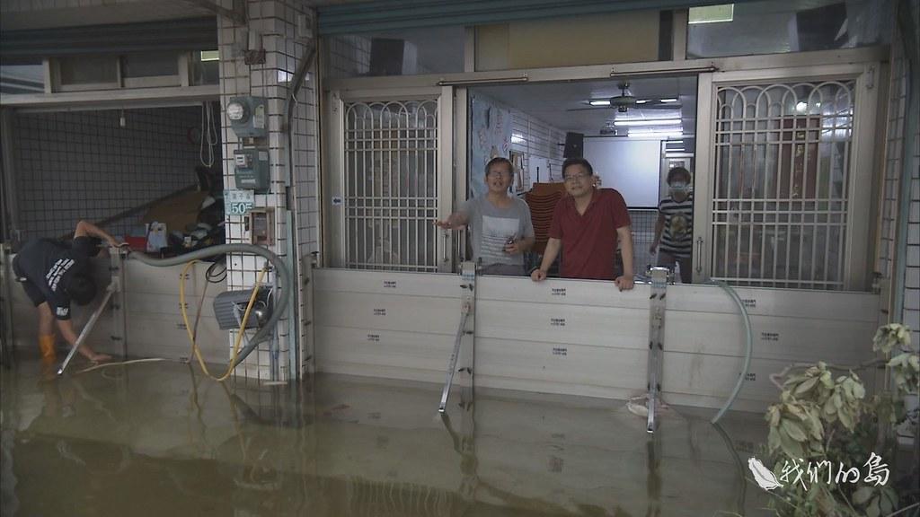 970-3-18s嘉義縣東石鄉栗子崙地區,部分居民裝設擋水板,防止大水沖家園,等待大水退去的時刻。