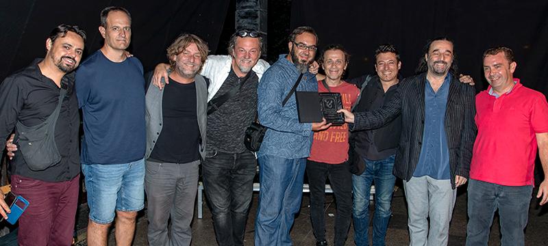 La foto muestra el grupo ganador de la edición con el premio y el alcalde
