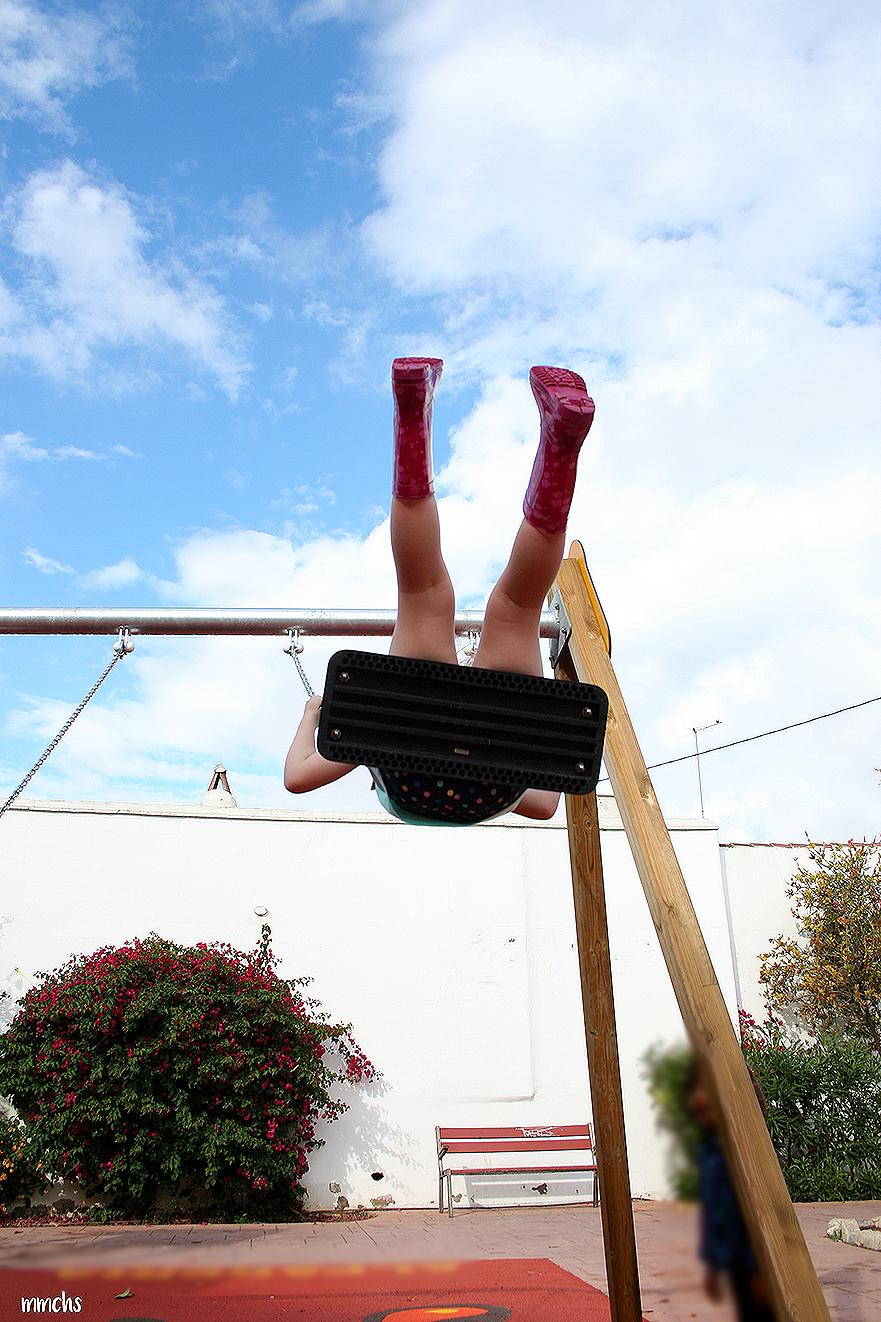 niña volando en el columpio