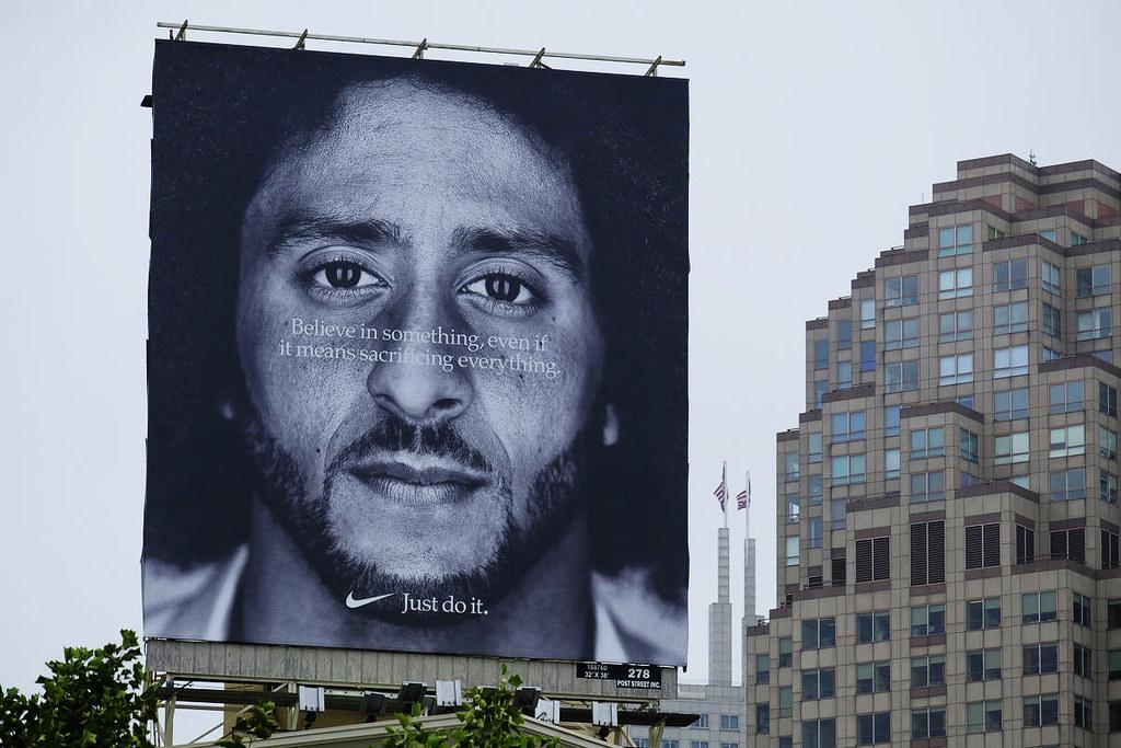 以单膝下跪抗议种族歧视的前49人队四分卫卡佩尼克,近日成为Nike的广告主角。(图片来源:Eric Risberg/AP)