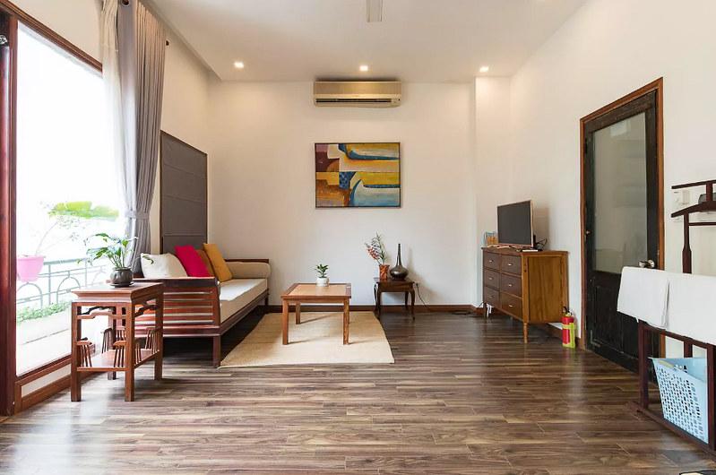 Căn hộ được trang bị đầy đủ nội thất gỗ với gu thẩm mỹ độc lạ.
