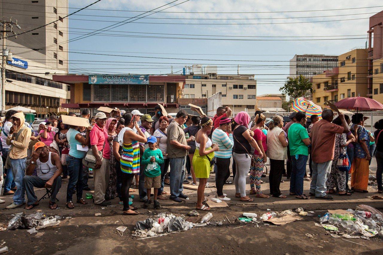 排队购买食品的委内瑞拉人。