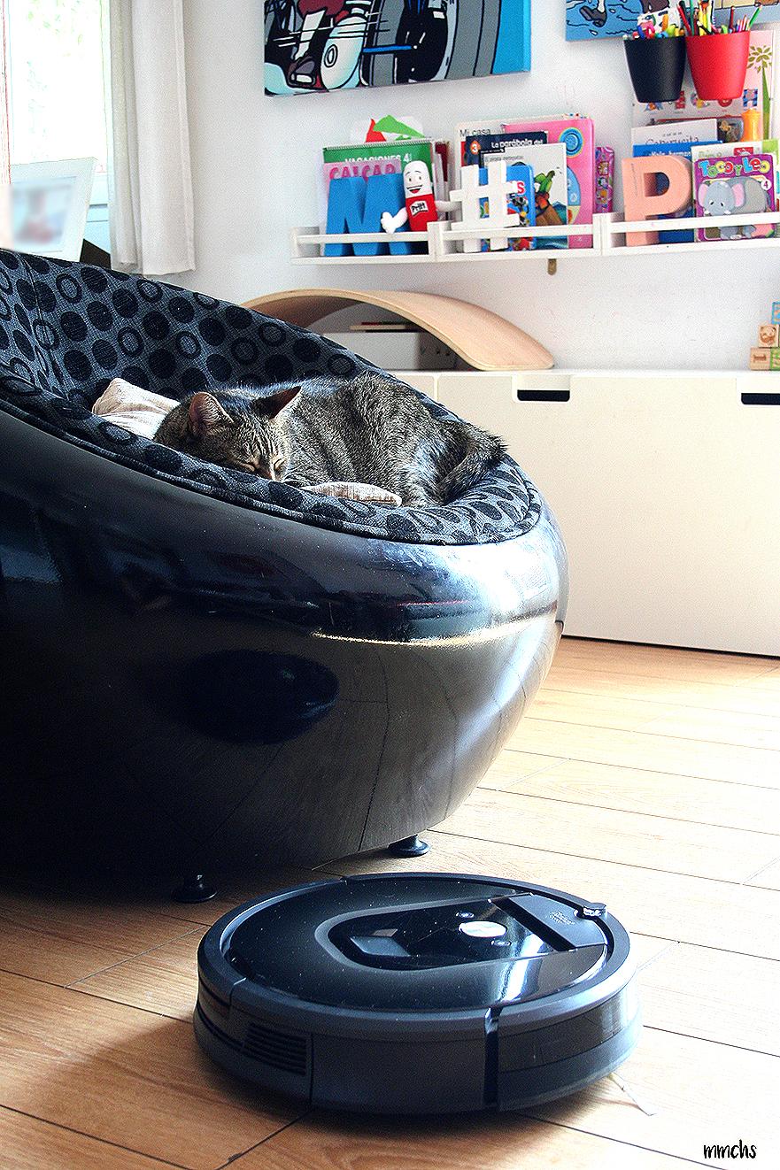 Roomba 980 limpiando la casa