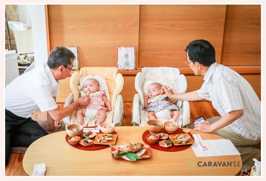 双子姉妹のお食い初め・おじいちゃんから食べさせてもらう