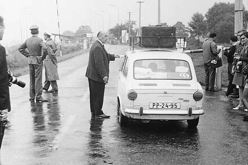 Una familia checoslovaca pasando la frontera en  su Fiat 850 en dirección a Berg, Austria, tras la invasión soviética de  su país. Decenas de miles de checoslovacos huyeron a los países  occidentales.