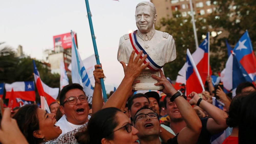 2017年,右派的皮涅拉再度当选总统,支持者高举皮诺契特肖像庆祝。(图片来源:Pablo Sanhueza/Reuters)