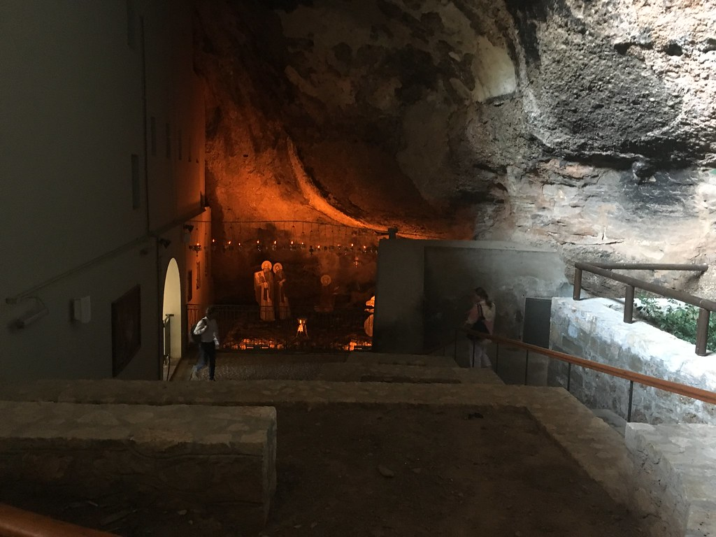 В святой пещере -