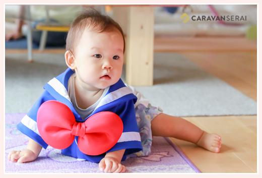 ドナルドの服をきた女の子赤ちゃん