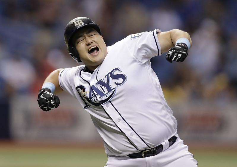崔志萬轟出再見全壘打後興奮慶祝。(達志影像)