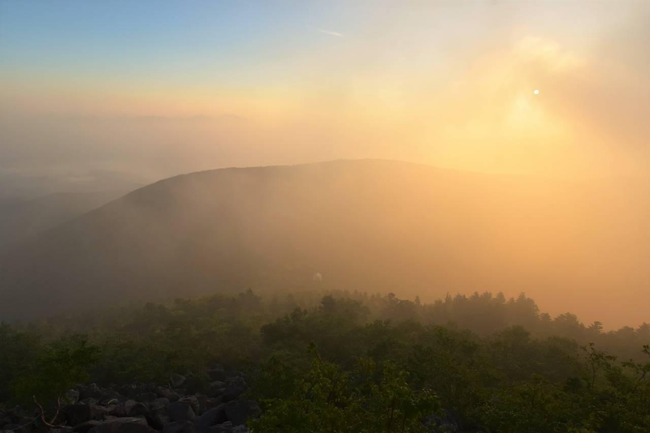 雲の切れ間からの朝日