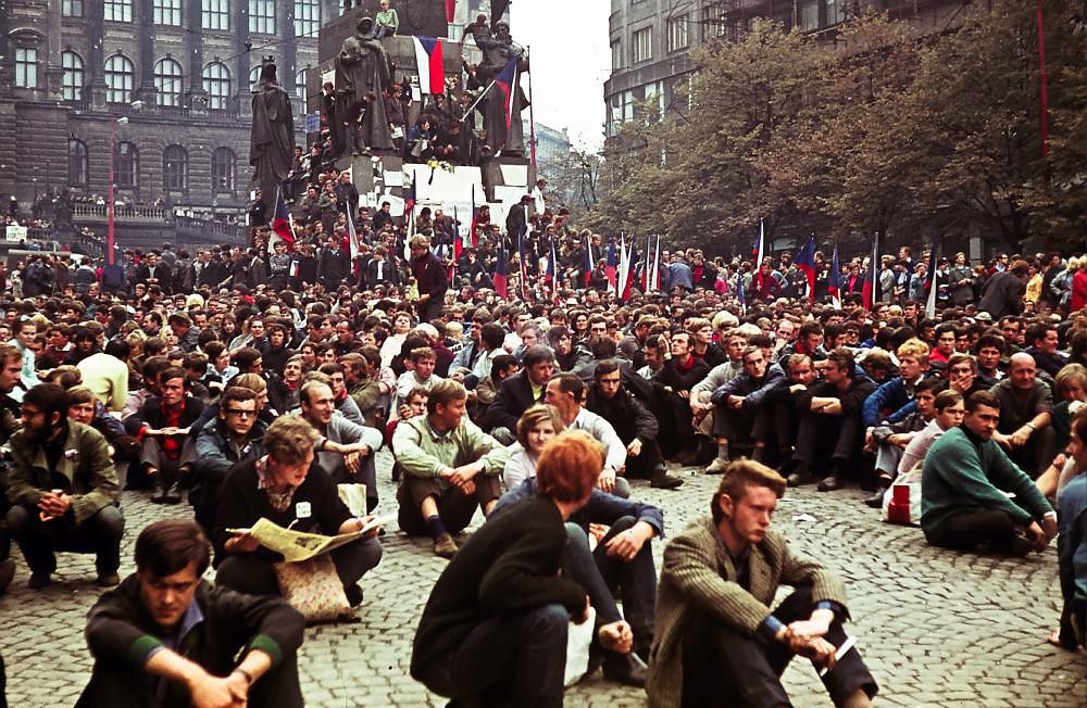 Manifestantes con banderas checoslovacas sentados  en la Plaza de Venceslao, junto al Monumento a San Venceslao en Praga,  esperando la llegada de los soviéticos (Foto: Leszek Sawicki / Radio Praha)