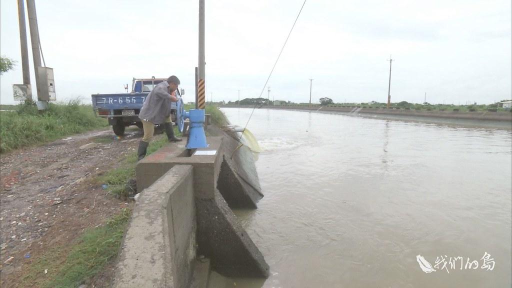 970-3-21s邱姓兄弟的生態養殖池兼具內蓄外防的設計,除了擋水自救,魚塭蓄水的功能,形成滯洪池,加重地區洪泛水量。