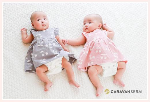 お揃いコーデワンピースの双子姉妹の赤ちゃん(3か月)