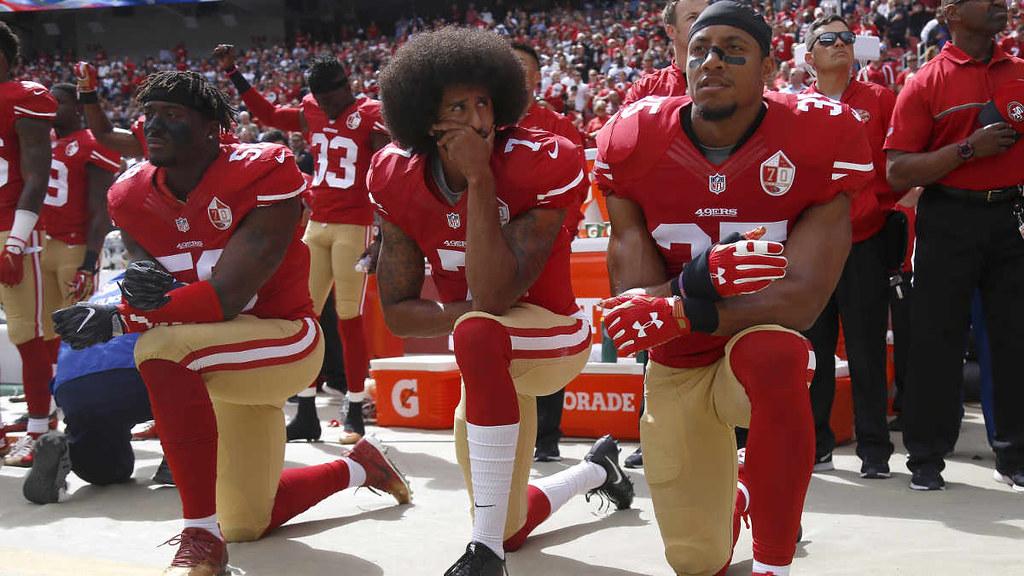 包括卡佩尼克(中)等球员,在演唱美国国歌时,单膝下跪表示抗议。(图片来源:Nhat V. Meyer/Getty Images)