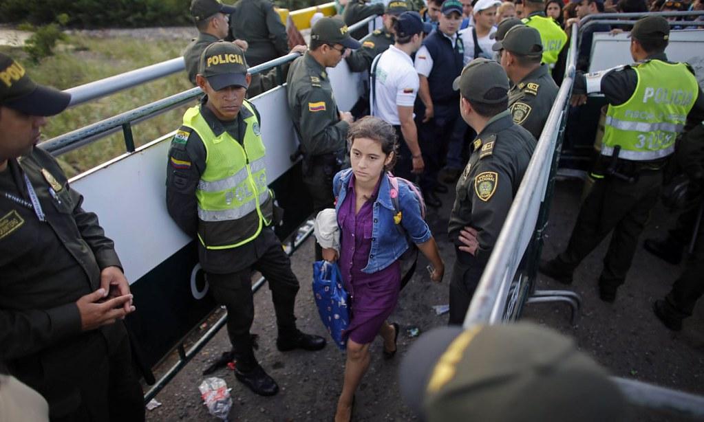 委內瑞拉婦女進入哥倫比亞邊境。(圖片來源:Ariana Cubillos/AP)