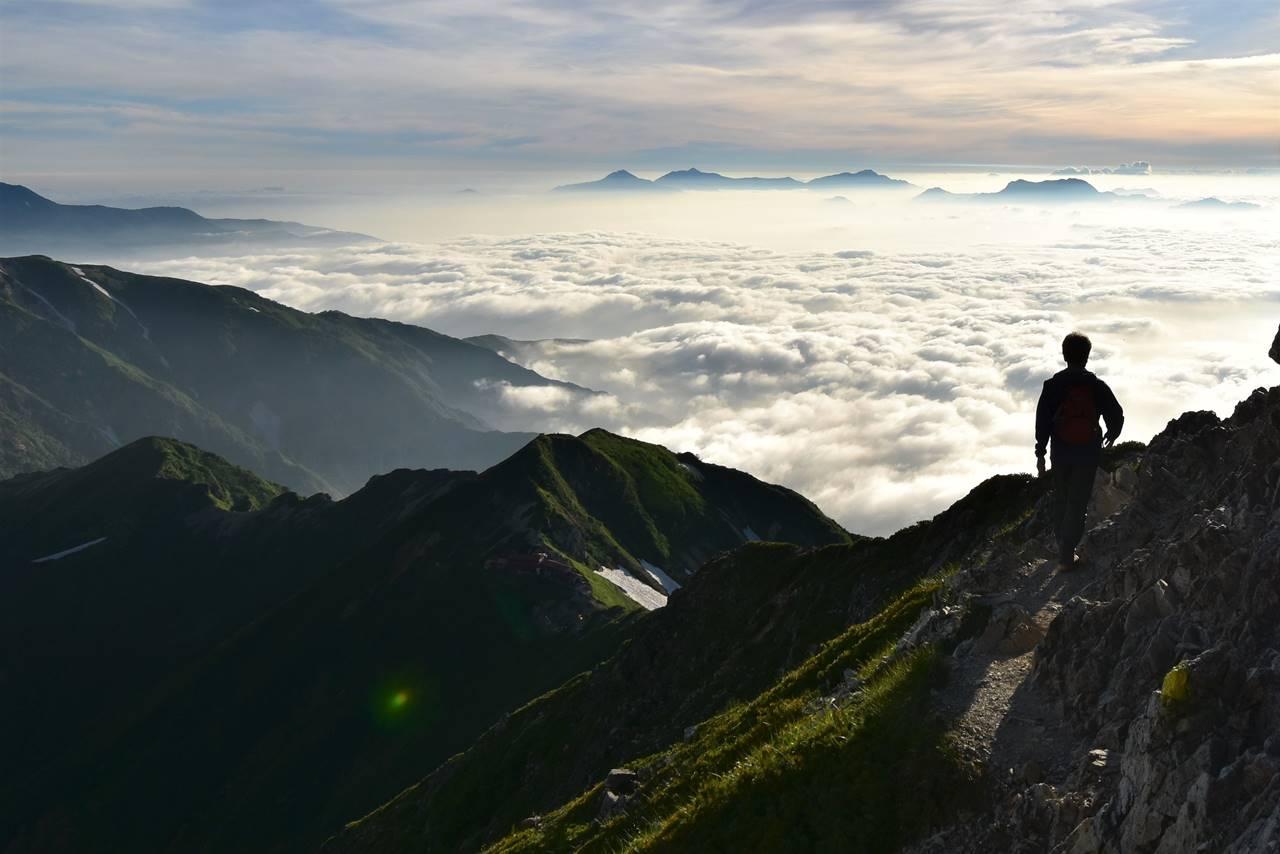 五竜岳登山 雲海と登山者
